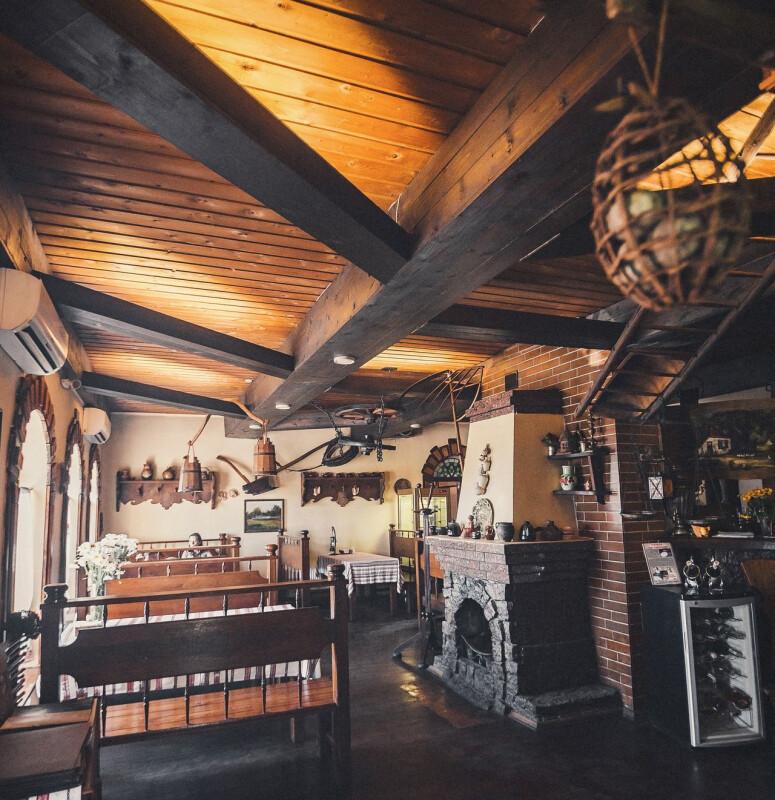 Основний ресторан виконаний в українському стилі